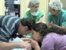 Los padres de las siamesas María José y María Paz se despiden de ellas antes de la operación que buscará...